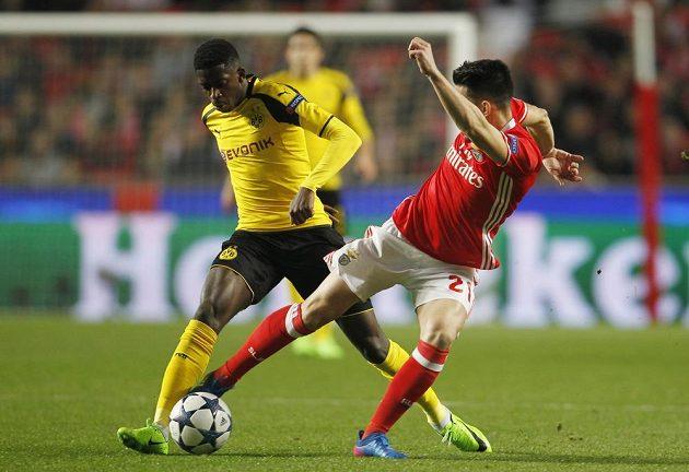 Dortmundský Ousmane Dembélé (vlevo) a Pizzi z Benfiky.