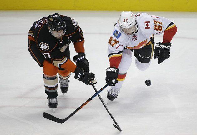 Útočník Calgary Michael Frolík (vpavo) a forvard Anaheimu Ryan Kesler.