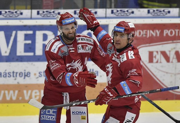 Zleva Martin Růžička a Jiří Polanský z Třince se radují z gólu.