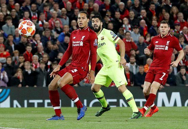 Barcelonský Luis Suárez mezi Virgilem van Dijkem a Jamesem Milnerem z Liverpoolu.
