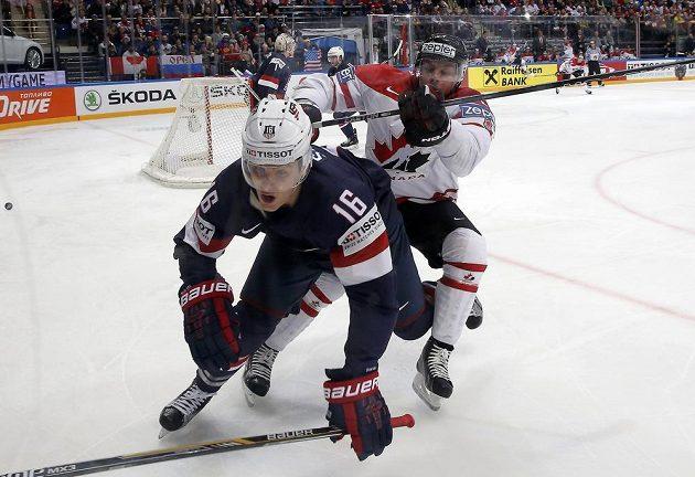 Kanaďan Taylor Hall (vzadu) atakuje Steva Santiniho z USA.