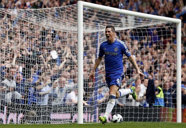 Útočník Chelsea Fernando Torres se raduje ze vstřelení gólu do sítě Evertonu.