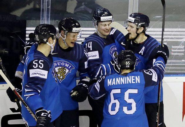 Finská hokejová hvězda Kaapo Kakko slaví se spoluhráč gól na mistrovství světa.