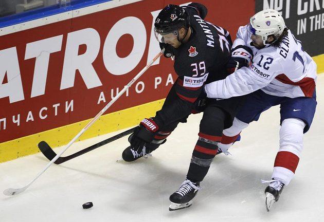 Francouzský hokejista Valentin Claireaux v souboji s Kanaďanem Anthonym Manthou v utkání mistrovství světa.