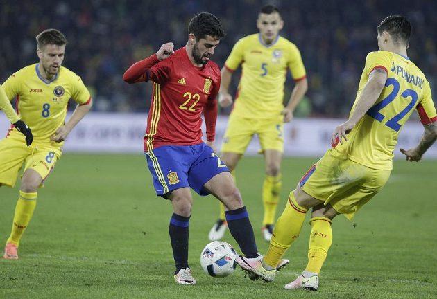 Rumun Cristian Sapunaru (22) brání španělského záložníka Isca.