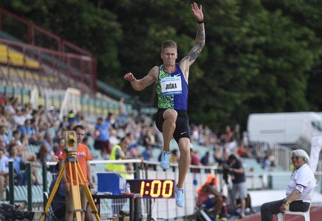 Český dálkař Radek Juška v akci na atletickém Memoriálu Josefa Odložila.