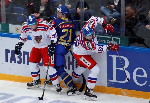 Boj u mantineltu v utkání Česko - Švédsko na turnaji Channel One Cup.