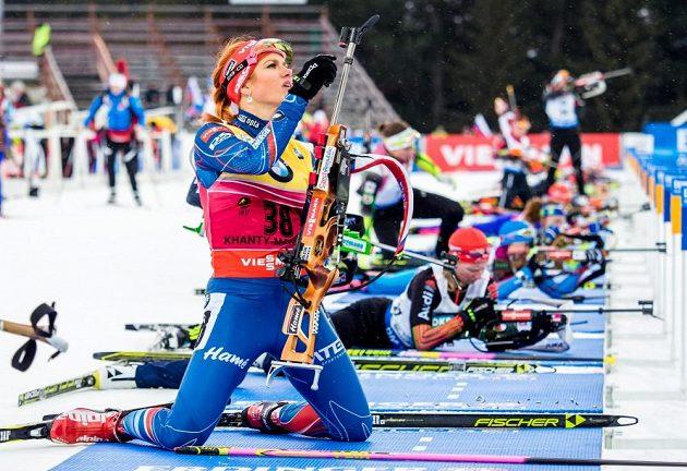 Gabriela Soukalová při střelbě během sprintu ve finále SP v Chanty-Mansijsku.