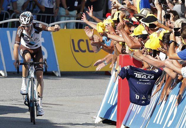 Francouzský cyklista Romain Bardet slaví s diváky vítězství v 18. etapě Tour de France.