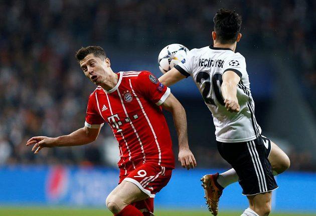 Útočník Bayernu Robert Lewandowski (vlevo) a Necip Uysal z Besiktase v odvetě osmifinále Ligy mistrů.