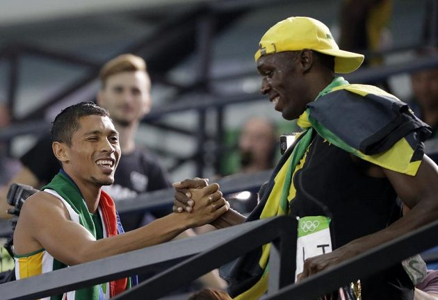 Setkání atletických hrdinů: Jihoafričan Wayde van Niekerk (vlevo) přijímá gratulaci od Jamajčana Usaina Bolta.