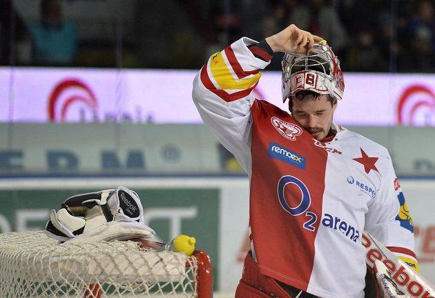 Brankář Slavie Dominik Furch v utkání se Spartou.