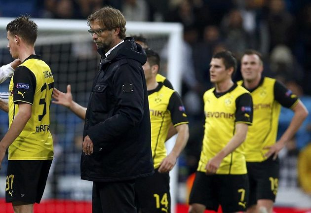 Zklamaní fotbalisté i kouč Dortmundu Jürgen Klopp.