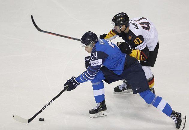 Německý hokejista Jonas Müller stíhá finského šikulu Kaapa Kakka.