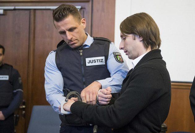Muž obžalovaný z loňského bombového útoku na fotbalisty Borussie Dortmund se u soudu k činu přiznal. Popírá ale, že by chtěl zabíjet, z čehož ho viní obžaloba. Němci ruského původu, jehož cílem bylo zřejmě na útoku vydělat peníze, hrozí doživotní vězení.