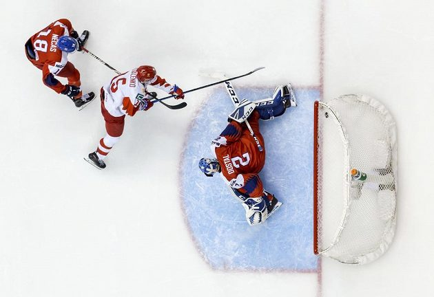 Rus Nikolaj Kovalenko dává rozhodující gól v utkání skupiny A proti Česku (1:2).