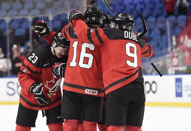 Hokejisté Kanady oslavují gól Sama Steela (23) proti Česku.