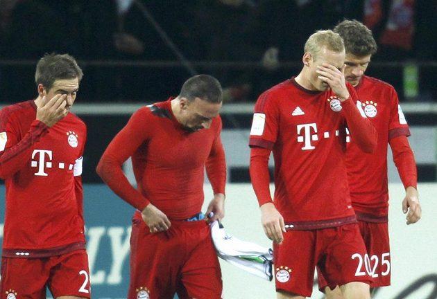 Smutní hráči mnichovského Bayernu po prohře v Mönchengladbachu.