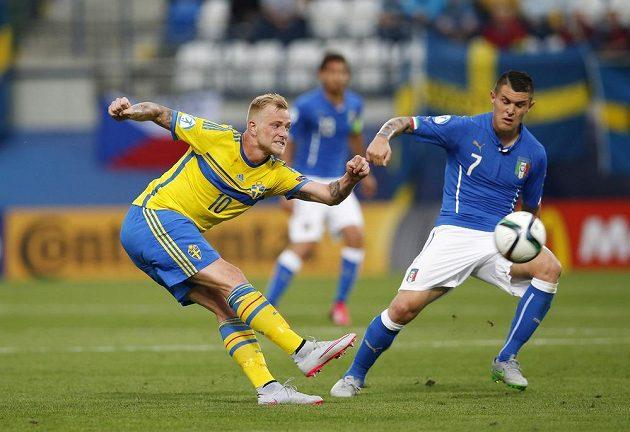 Švédský útočník John Guidetti (vlevo) a Federico Viviani z Itálie během zápasu mistrovství Evropy hráčů do 21 let.