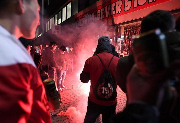 Fanoušci Slavie Praha slaví zisk titulu po utkání.