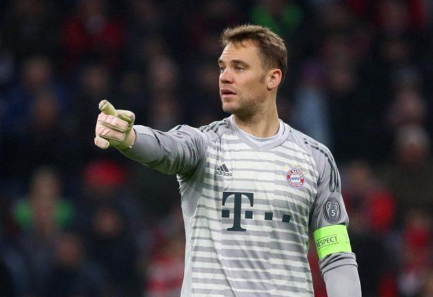 Gólman Bayernu Manuel Neuer gestikuluje během utkání Ligy mistrů.