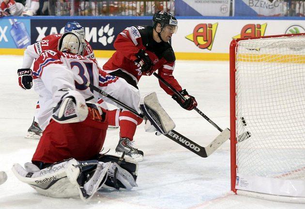 Kanaďan Taylor Hall překonává Ondřeja Pavelce, Kanada vede 1:0...