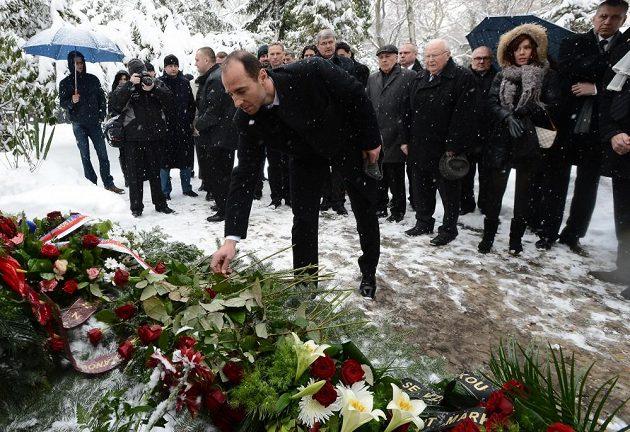 Olympijští vítězové z Nagana položili v rámci oslav triumfu věnce a květiny u hrobu trenéra Ivana Hlinky na pražských Olšanech. Na snímku vpředu Martin Ručinský.