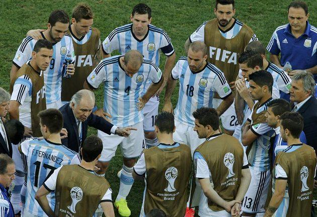 Argentinský tým před začátkem prodloužení se Švýcarskem.