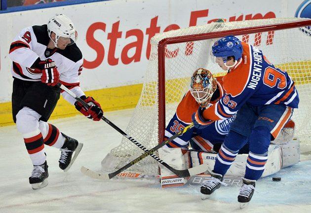 Český hokejista Martin Havlát se snaží zpoza branky překvapit obranu Edmontonu.