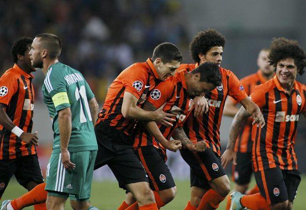 Marlos (třetí zprava) ze Šachtaru Doněck slaví vstřelený gól v odvetě 4. předkola LM proti Rapidu Vídeň.