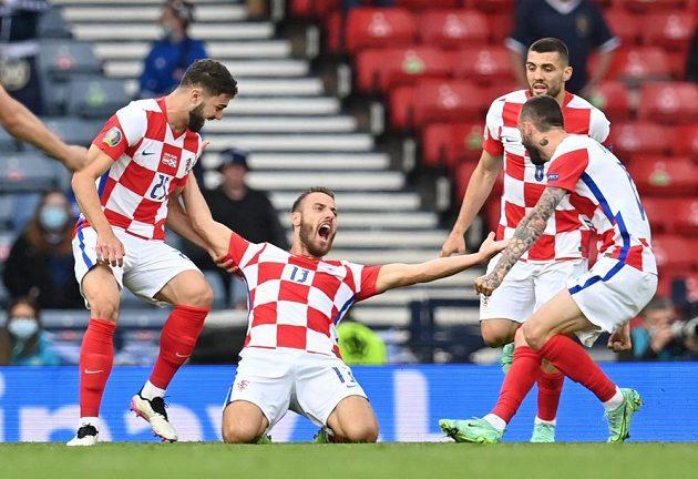 Chorvatská gólová radost. Střelec Nikola Vlašič na kolenou.