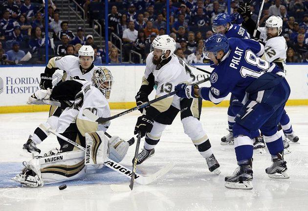 Útočník tampy Ondrej Palát (18) se snaží překonat gólmana Pittsburghu Matta Murrayho v šestém duelu semifinále NHL.