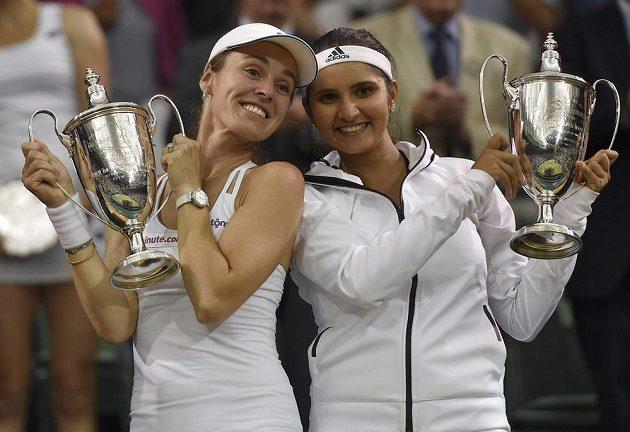 Martina Hingisová (vlevo) a Sania Mirzaová slaví wimbledonský triumf ve čtyřhře.