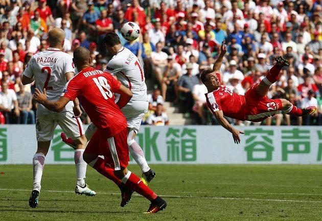 Švýcar Xherdan Shaqiri střílí krásný gól nůžkami Polsku.