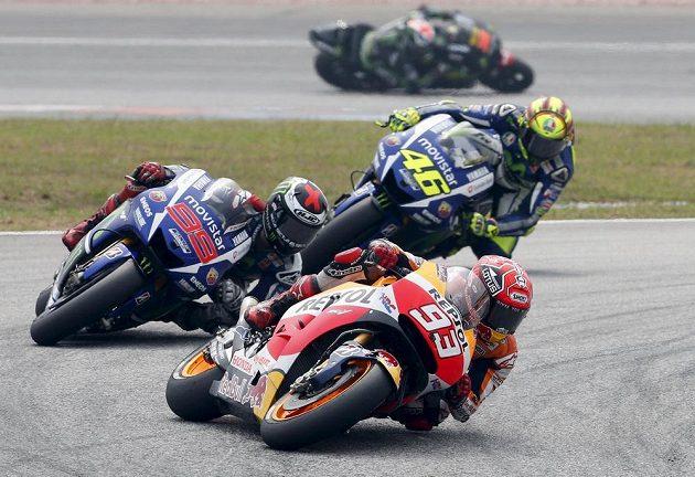 Španělský jezdec Marc Márquez (93) před Jorgem Lorenzem (99) a Valentinem Rossim (46) při Velké ceně Malajsie.