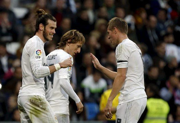 Gareth Bale, Toni Kroos a Luka Modrič slaví další gól proti Rayu.
