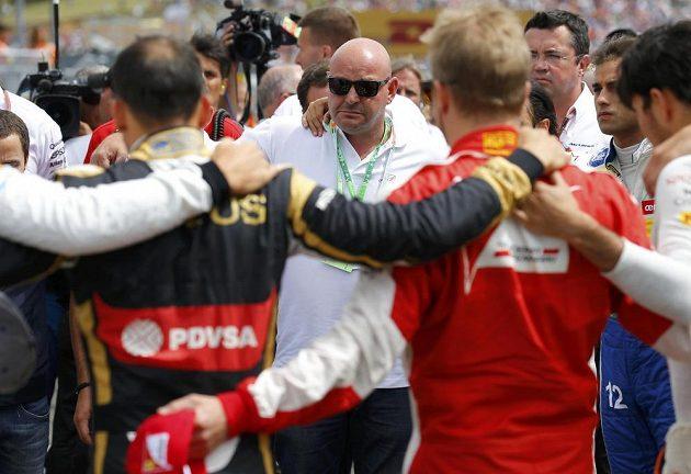 Před startem GP Maďarska jezdci uctili památku zesnulého Julese Bianchiho. V kolečku závodníků nechyběl otec mladého jezdce, který podlehl následkům zranění z GP Japonska.