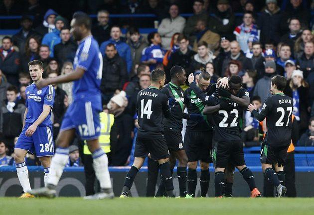 Mame Diouf oslavuje se svými spoluhráči vyrovnávací branku do sítě Chelsea.