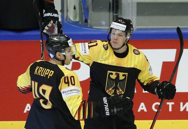 Syn německé legendy Björn Krupp oslavuje se spoluhráčem Jonasem Müllerem trefu proti Finsku.