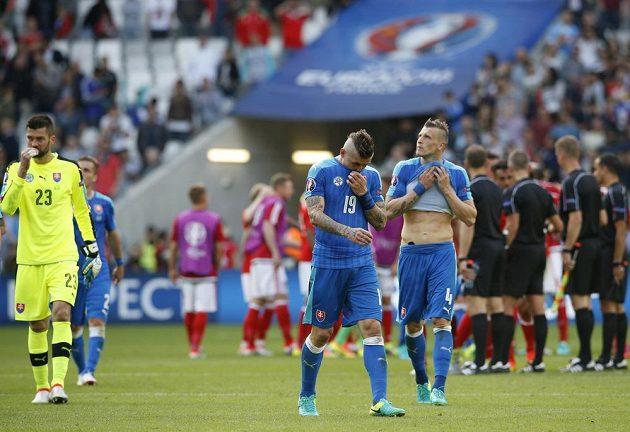 Zklamaní slovenští fotbalisté (zleva) Matúš Kozáčik, Juraj Kucka a Ján Ďurica po porážce s Walesem.