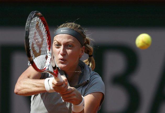Česká tenisová jednička Petra Kvitová odvrací míček v duelu proti Kuzněcovové.