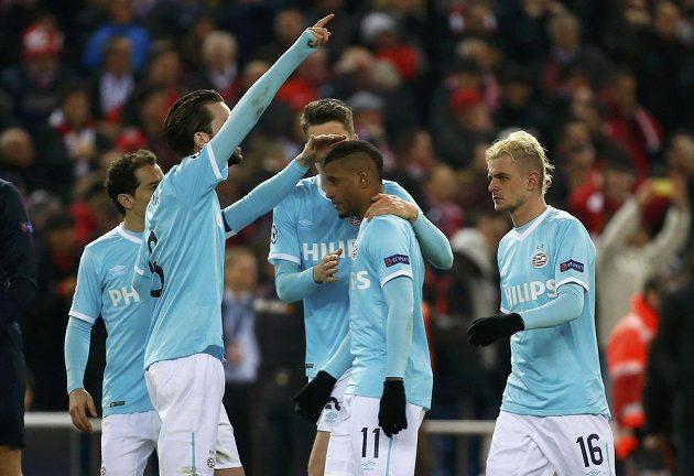 Fotbalisté PSV Eindhoven utěšují spoluhráče Luciana Narsingha (č. 11), který jako jediný neproměnil v rozstřelu pokutový kop.