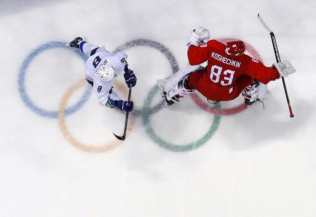 Slovenský hokejista Žiga Jeglič před brankářem Vasilijem Košečkinem během utkání olympijského turnaje.