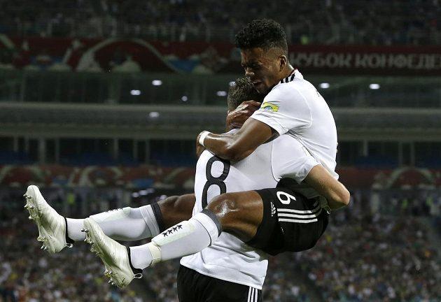 Radost německých fotbalistů Leona Goretzky (vlevo) a Benjamina Henrichse po gólu v síti Mexika.