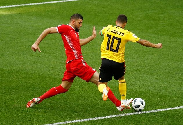 Siám Bin Júsif fauluje unikajícího kapitána belgického celku Edena Hazarda. Penalta!