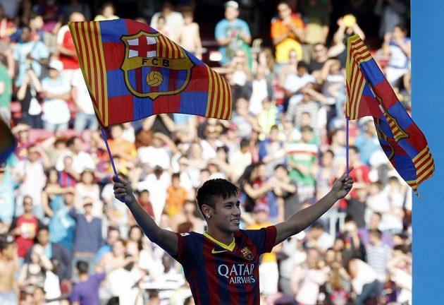 Nová posila Barcelony Neymar zdraví fanoušky.