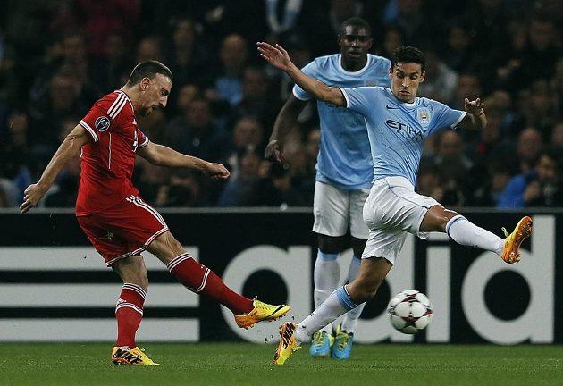 Franck Ribéry z Bayernu Mnichov střílí gól proti Manchesteru City.