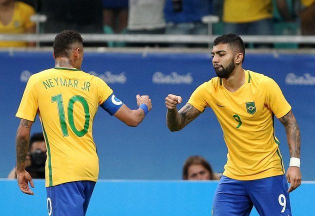 Brazilští fotbalisté Neymar (vlevo) a Gabriel Barbosa slaví gól proti Dánsku.