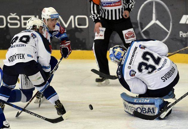 Plzeňský hokejista Petr Kodýtek přišel pozdě se svou snahou zastavit zakončujícího Martina Nečase z Brna. Zasáhnout se chystá plzeňský brankář Miroslav Svoboda.