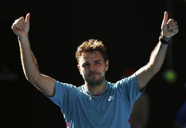Stan Wawrinka děkuje fanouškům po vítězném čtvrtfinále Australian Open.